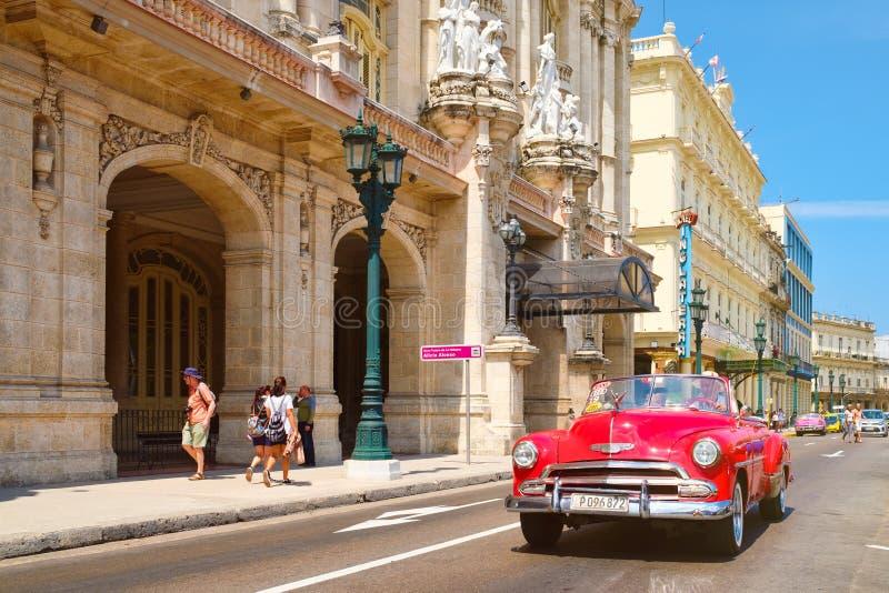 Klassieke auto naast het Grote Theater en beroemde hotels in Oud Havana stock afbeeldingen