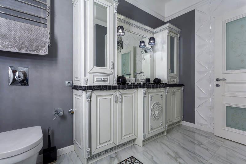 Klassieke badkamers met minimalistic wit en grijs binnenlands ontwerp stock foto