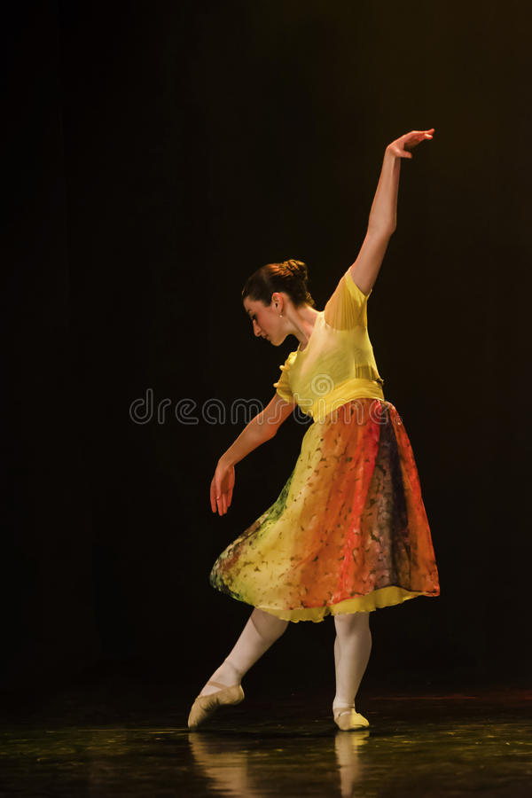 Klassieke ballerina die op stadium dansen royalty-vrije stock foto's