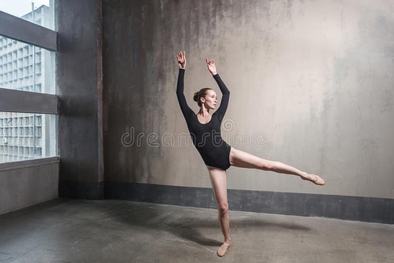 Klassieke ballerina Talentenvrouw die dichtbij venster dansen stock afbeeldingen