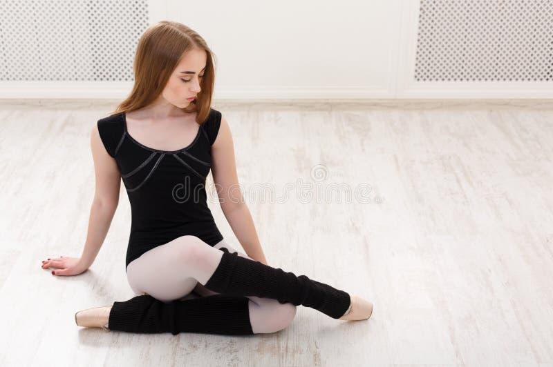 Klassieke balletdanser in witte opleidingsklasse stock afbeeldingen