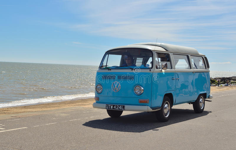 Klassieke Blauwe en witte Volkswagen-kampeerautobestelwagen stock afbeelding
