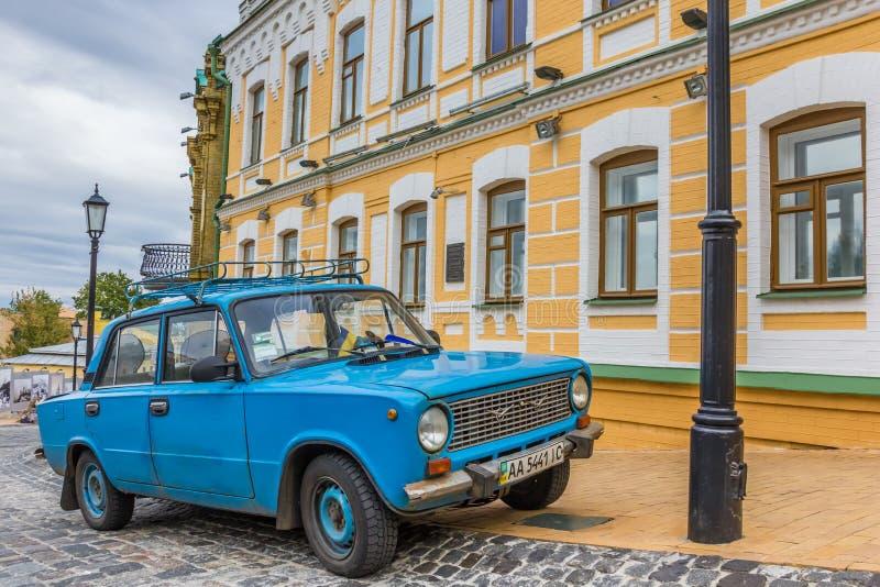 Klassieke blauwe Russische auto in Kiev stock afbeelding