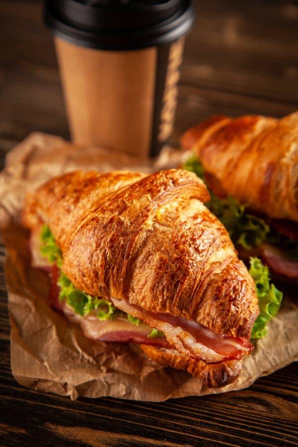 Klassieke BLT-croissantsandwiches royalty-vrije stock foto