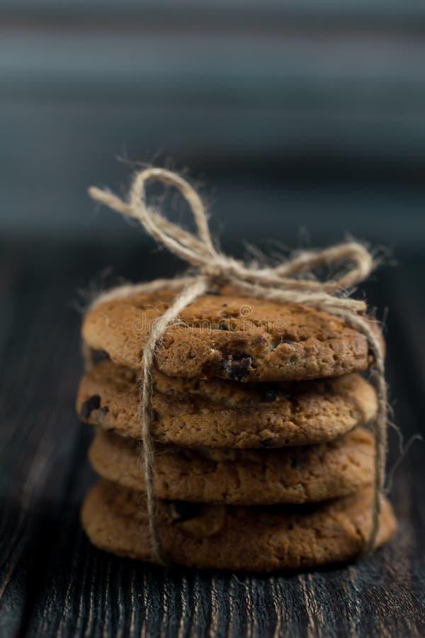 Klassieke Chocolade Chip Cookies Amerikaanse Koekjes Gestemde foto Rustieke stijl royalty-vrije stock afbeeldingen