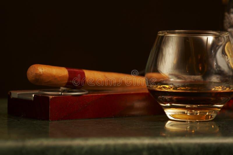 Klassieke cognacfles, sigaar royalty-vrije stock fotografie
