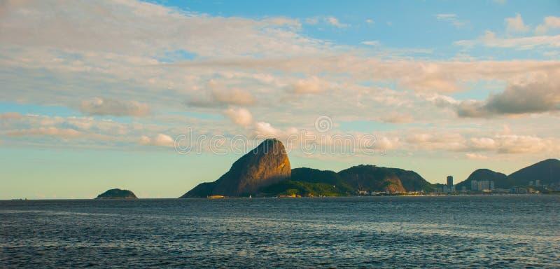 Klassieke dag toneelmening van Sugarloaf-Berg, Pao de Acucar, die zich boven Botafogo-Baai en Urca-district bevinden Rio De stock fotografie