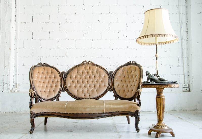 Klassieke de banklaag van de stijlleunstoel in uitstekende ruimte royalty-vrije stock afbeelding