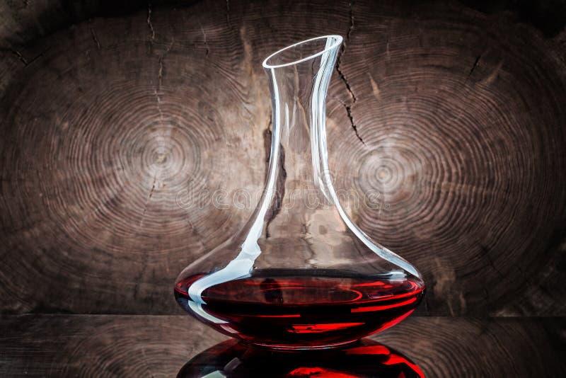 Klassieke decanter met rode wijn op houten achtergrond royalty-vrije stock foto's