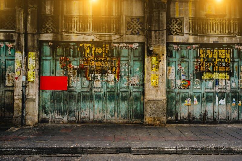 Klassieke deur in Road van chinatownyaowarat, de hoofdstraat in Chinatown, eens van het oriëntatiepunt van Bangkok royalty-vrije stock afbeeldingen