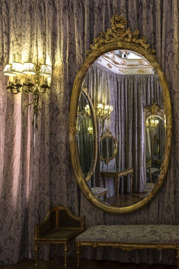Klassieke die ruimte in een spiegel wordt weerspiegeld stock afbeelding