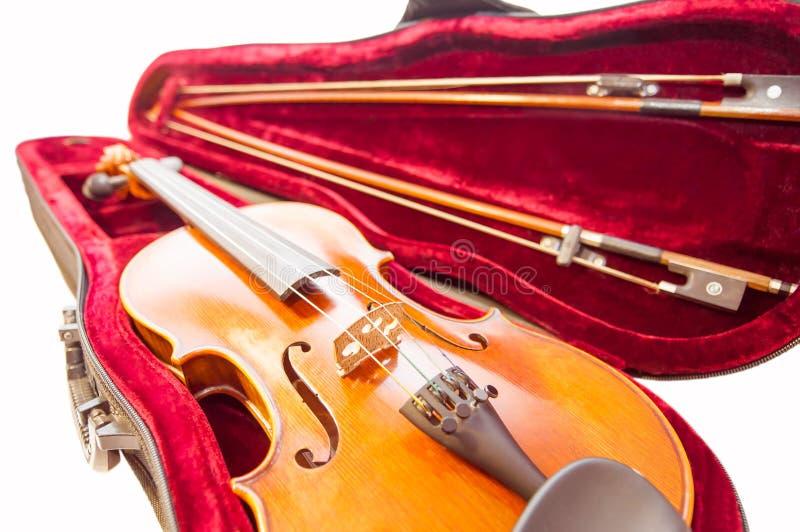 Klassieke die viool met de strijkstokken in het fiddle-geval op wit wordt geïsoleerd stock fotografie