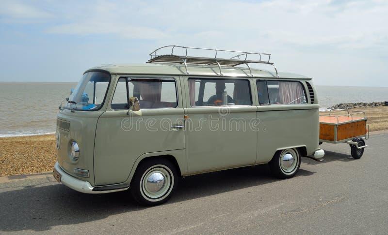 Klassieke die Volkswagen-Kampeerautobestelwagen met aanhangwagen op Strandboulevardpromenade wordt geparkeerd stock foto's