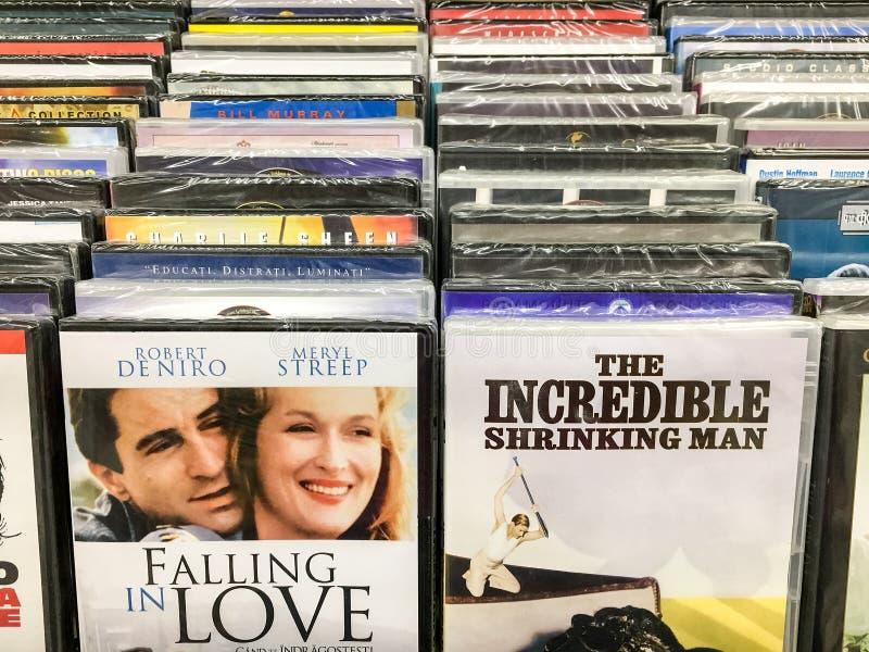 Klassieke en Nieuwe Hollywood-Productiefilms op Dvd voor Verkoop in Vermaakcentrum stock foto's