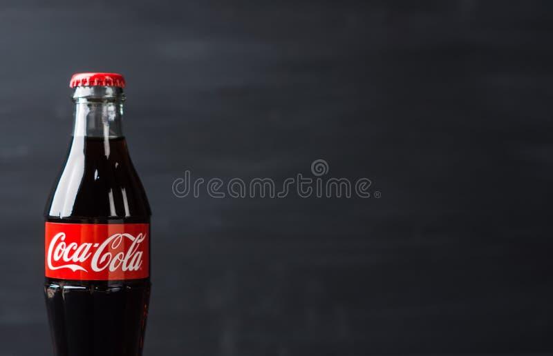 Klassieke fles van Coca-Cola op rustieke achtergrond stock afbeeldingen