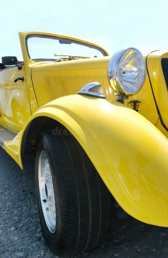 Klassieke gele auto royalty-vrije stock afbeeldingen