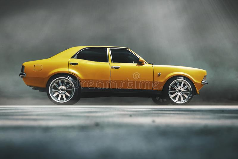 Klassieke gele die auto in rook met zonstralen wordt geparkeerd royalty-vrije stock afbeelding
