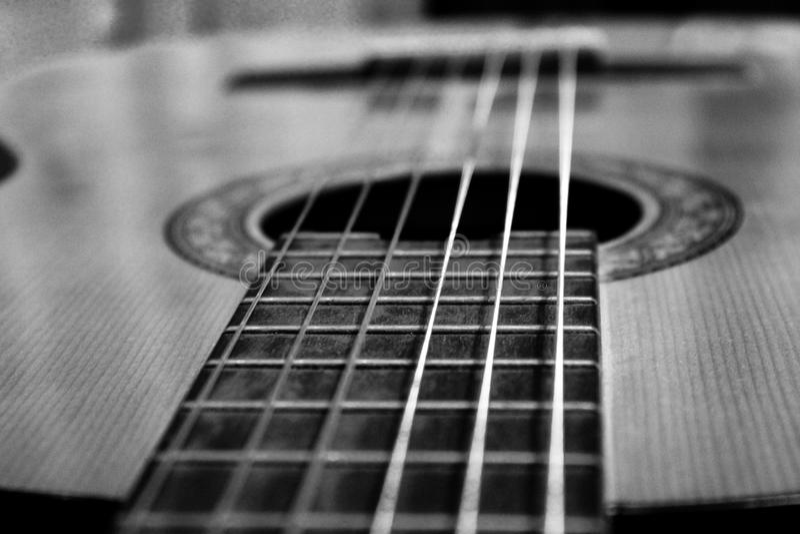 Klassieke gitaar in greyscale stijl stock foto