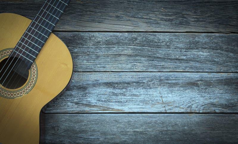 Klassieke gitaar op een houten achtergrond stock foto's