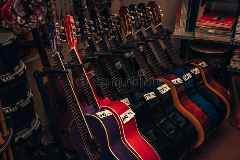 Klassieke Gitaren voor Verkoop bij een Muziekwinkel royalty-vrije stock foto's