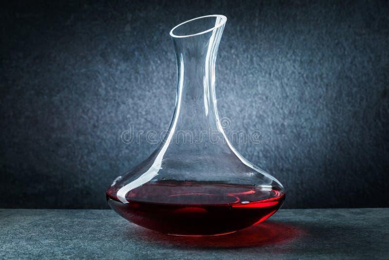 Klassieke glasdecanter met rode wijn op zwarte achtergrond royalty-vrije stock fotografie