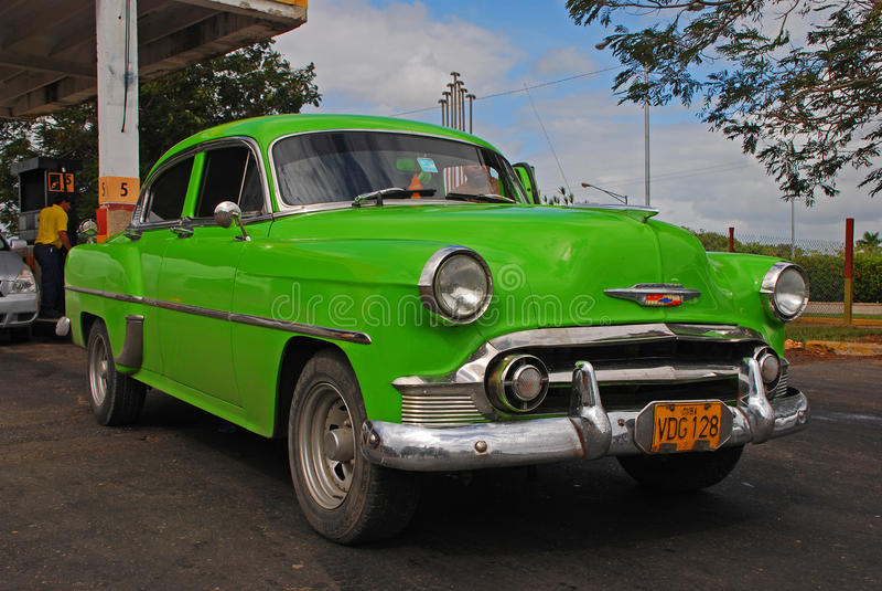 Klassieke Groene Cubaanse Auto voor een Benzinestation in Cuba stock foto's