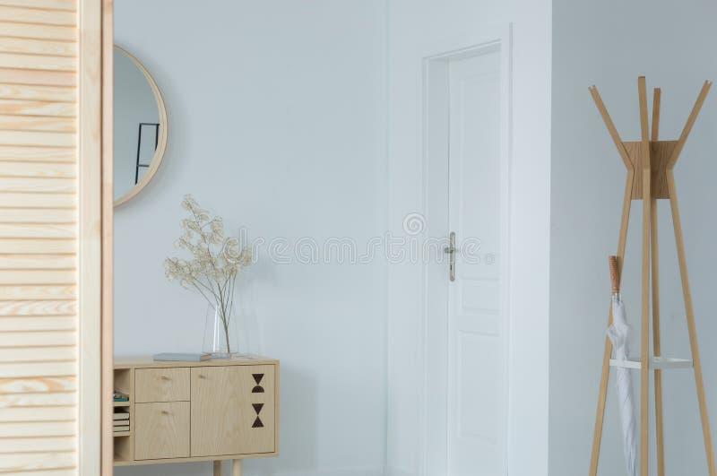 Klassieke hal met houten meubilair, echte foto met exemplaarruimte stock foto