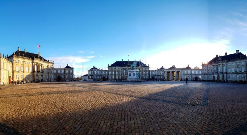 Klassieke het paleisvoorgevels van Amalienborgslotsplads met rococo'sbinnenland met het monumentale ruiterstandbeeld van KoningsF stock afbeeldingen