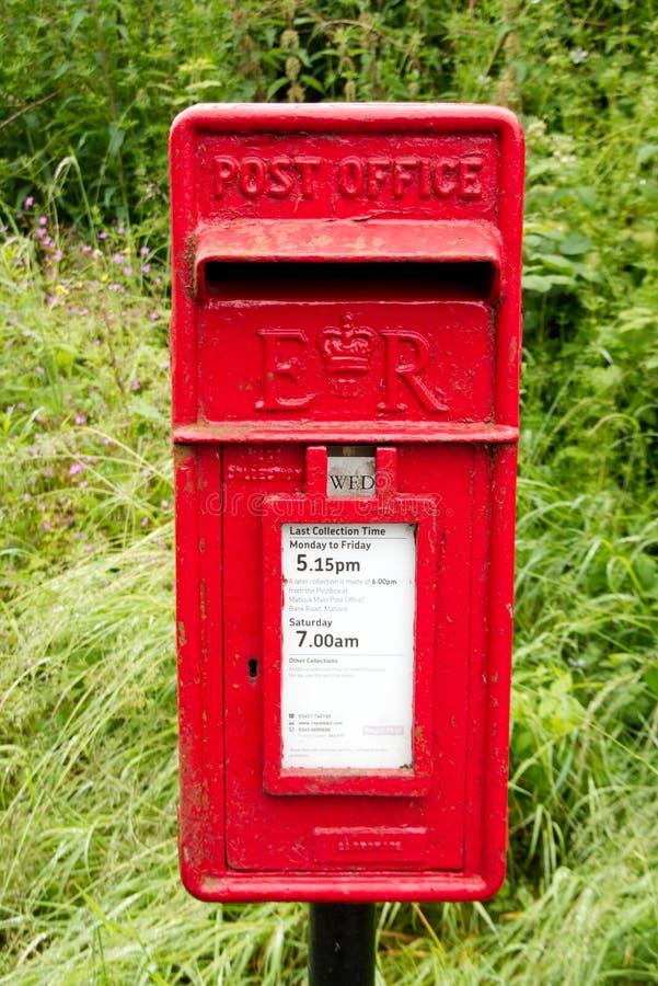 Klassieke iconische rode Britse Koninklijke postpostbus royalty-vrije stock afbeeldingen