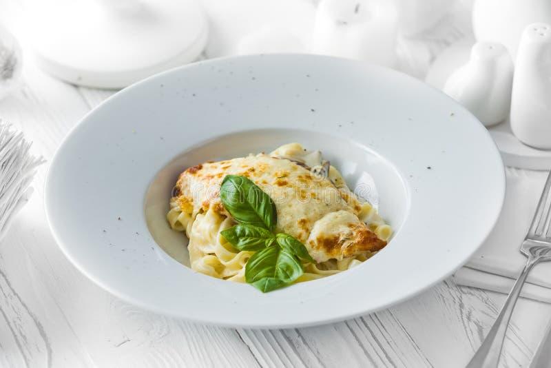 Klassieke Italiaanse lasagna'sschotel in een kom stock afbeelding