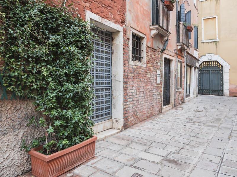Klassieke Italiaanse straat of binnenkanttuin, Italië, Venetië royalty-vrije stock afbeelding