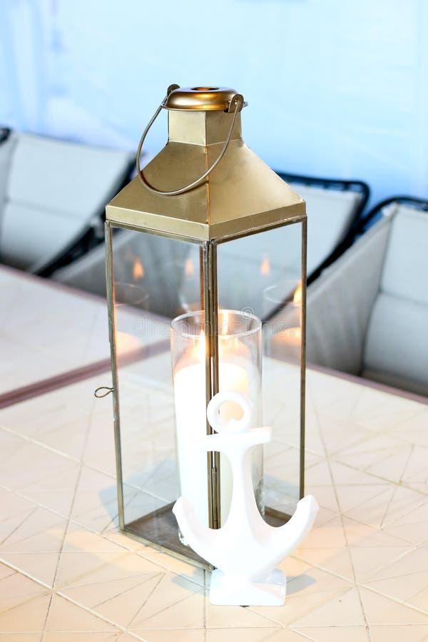 Klassieke kaars lichte lantaarn op eettafel royalty-vrije stock afbeelding