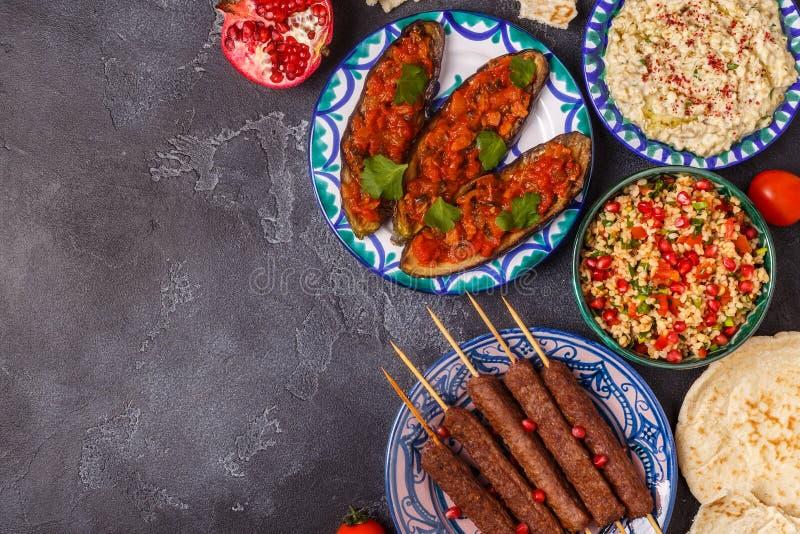 Klassieke kebabs, tabbouleh salade, baba ganush en gebakken aubergine stock afbeeldingen
