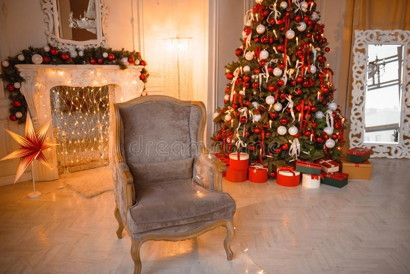 Klassieke Kerstmis verfraaide de binnenlandse boom van het ruimte Nieuwe jaar Kerstboom met gouden decoratie Moderne witte klassi royalty-vrije stock foto