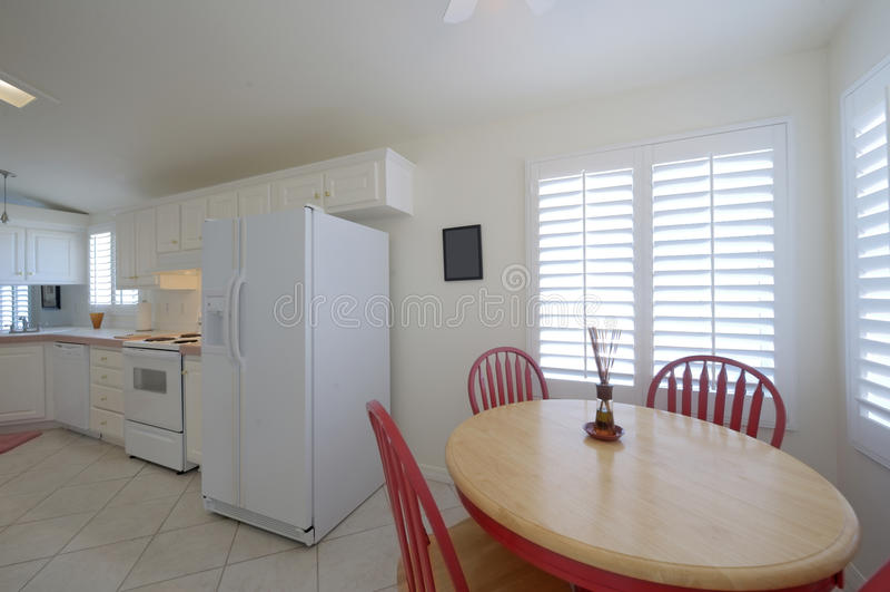 Klassieke keuken met eettafel met rode stoelen royalty-vrije stock afbeeldingen