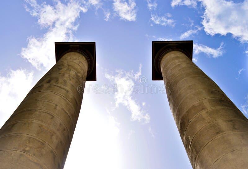 Klassieke kolommen onder blauwe hemel in Barcelona Spanje stock fotografie