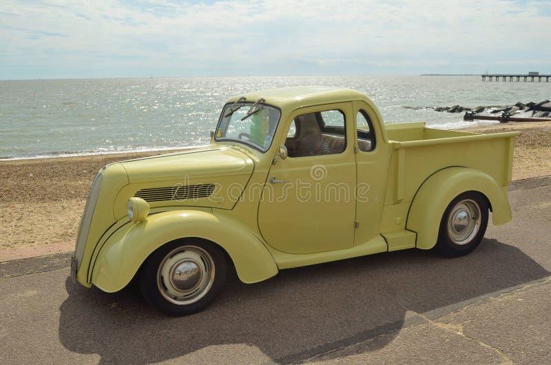Klassieke Lichtbruine Ford-pick-up stock foto