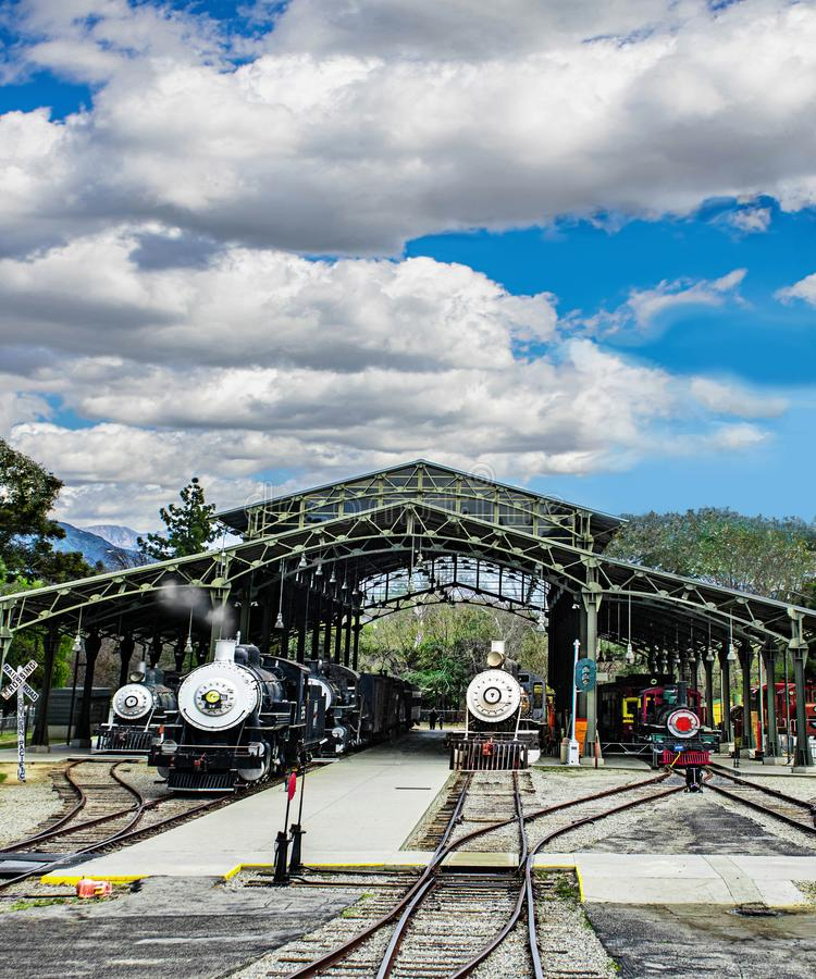 Klassieke locomotieven in het station stock foto's
