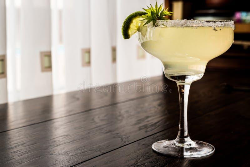 Klassieke Margarita Cocktail met kalk en zout royalty-vrije stock foto