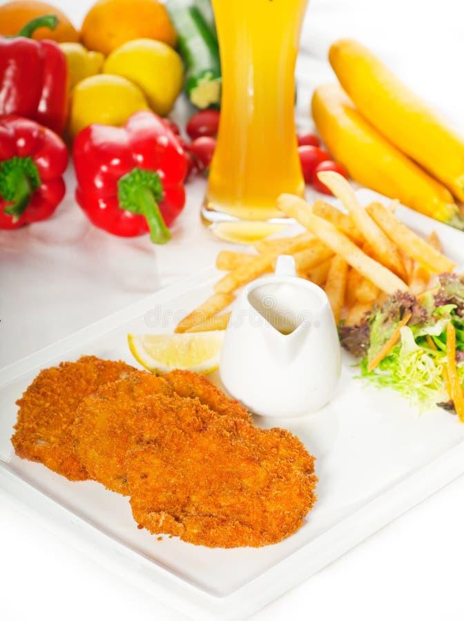 3673789 klassieke milanese kalfsvleeskoteletten en groenten royalty-vrije stock afbeelding