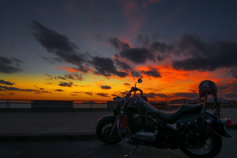 Download Klassieke Motorfiets Bij Schemer Stock Afbeelding - Afbeelding bestaande uit voorwerp, uitlaat: 54083425