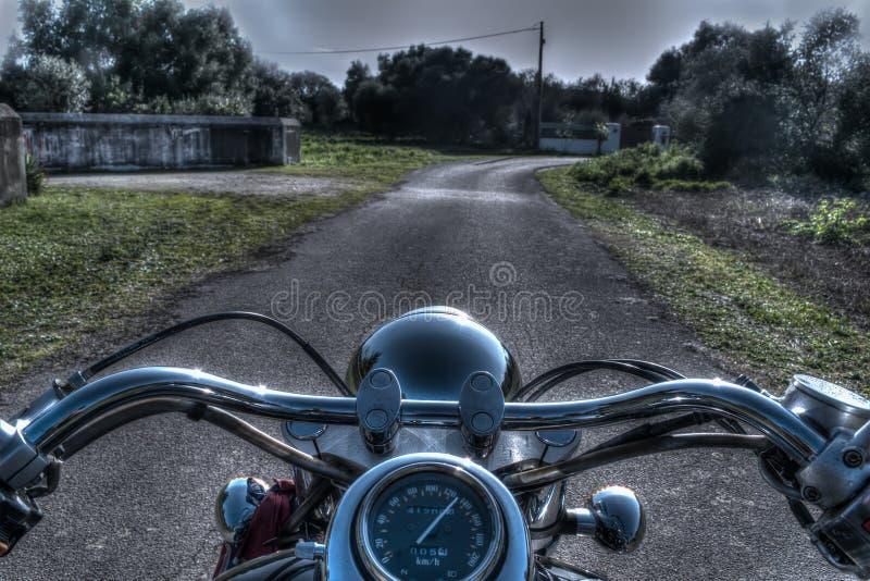 Download Klassieke Motorfiets Op Een Landweg Stock Foto - Afbeelding bestaande uit snelheid, motorfiets: 54083054