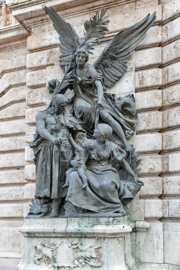 Klassieke muurstandbeelden in Buda Castle, Boedapest stock foto's