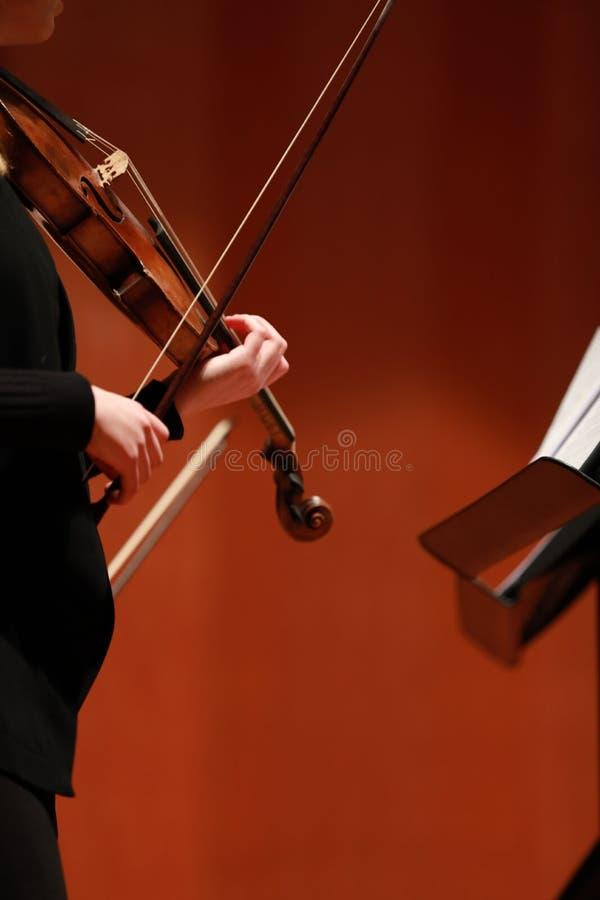 Klassieke muziek Violisten in overleg Stringed, violinistCloseup van musicus die de viool spelen tijdens een symfonie royalty-vrije stock foto