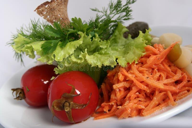 Klassieke Oekraïense Russische keuken - groenten in het zuur Gemarineerde tomaten, komkommers, wortelen stock foto's