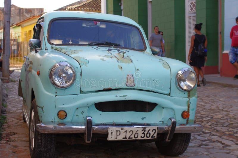 Klassieke oude auto op de koloniale keistraten royalty-vrije stock foto's