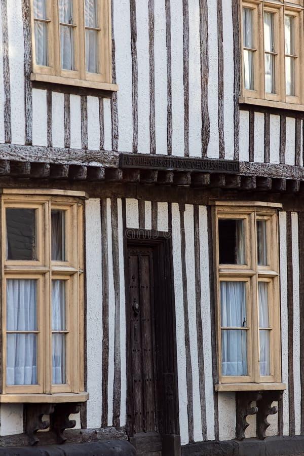 Klassieke oude Engelse historische het huisvoorgevel van de tudorstijl Medieva stock afbeelding