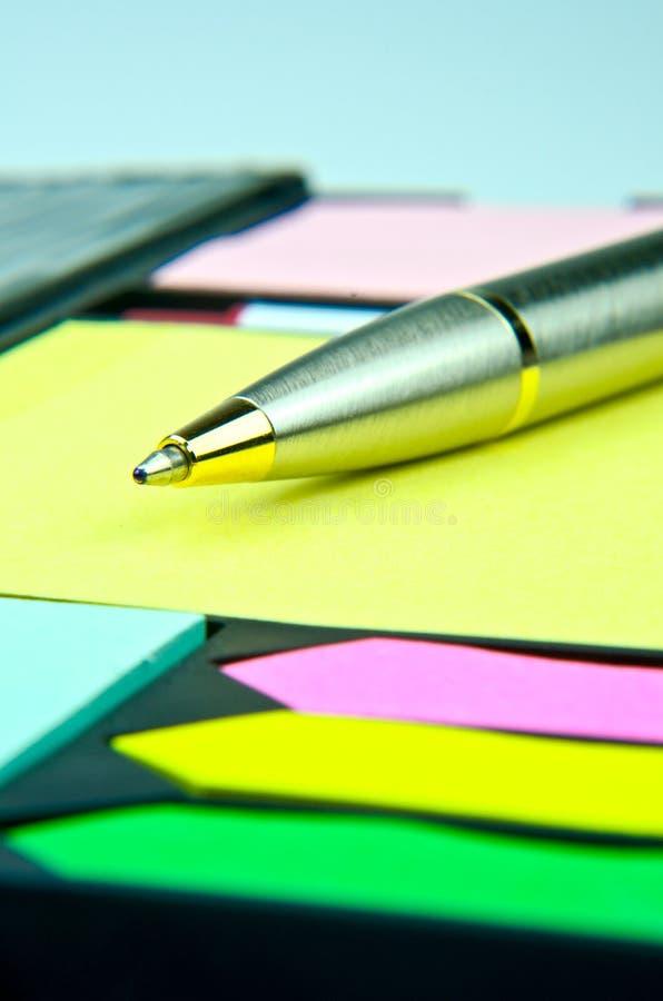 Klassieke pen op gele memoranda stock afbeelding