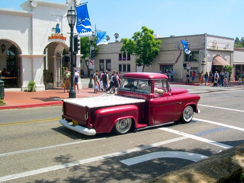 Klassieke rode Chevrolet-pick-up rond de straten van Santa Barbara, Californië, U S A stock afbeeldingen