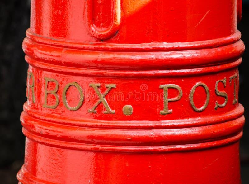 Klassieke rode de postpostbus van Australië in dichte omhooggaand, geïsoleerd op zwarte achtergrond royalty-vrije stock foto